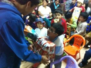 Alonzo distributes gifts
